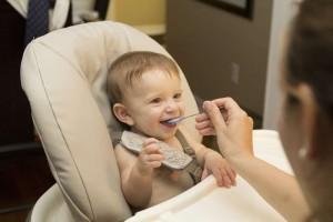 新生儿吃奶姿势新生儿躺着吃奶好吗