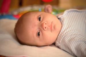 一个月的新生儿每天喝多少奶一个月宝宝的发育标准